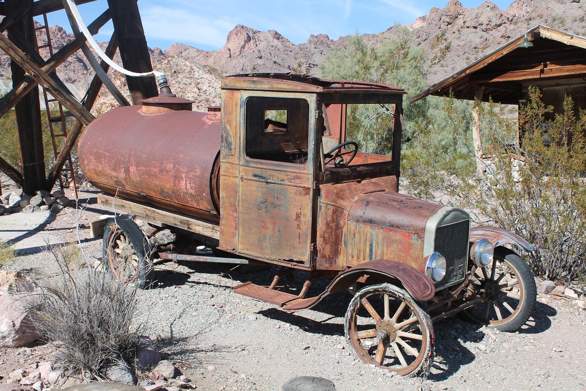 Roest op een auto maakt de auto kapot, van binnen en van buiten.