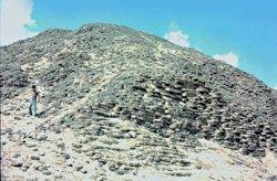 De modder-baksteen piramide van Amenemhet III